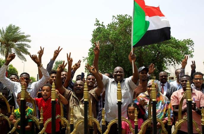 Des Soudanais célébrant l'accord sur la transition démocratique dans les rues de Khartoum, au lendemain de l'accord trouvé entreles militaires etle mouvement de contestation civil, le 4août2019.