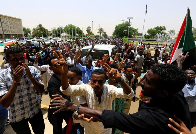 Des Soudanais célèbrent l'accord entre militaires et civils, le 4 août 2019 à Khartoum.