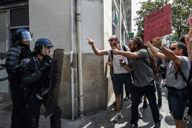 Face-à-face entre gendarmes anti-émeutes et manifestants réclamant justice pour Steve Maia Caniço, à Nantes, le 3 août.