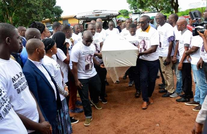 Des proches de Mamoudou Barry portent son cercueil lors d'une veillée funèbre organisée à l'université de Conakry, dimanche 4 août.