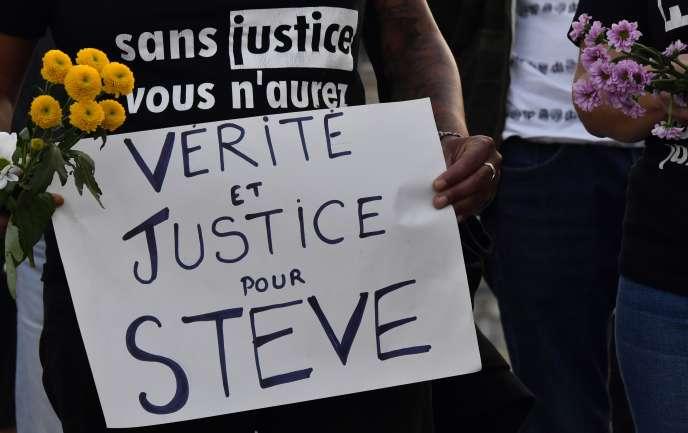 Une femme réclame la « vérité et la justicepour Steve», lors d'un rassemblement en mémoire du jeune homme, à Bordeaux, le 30 juillet.