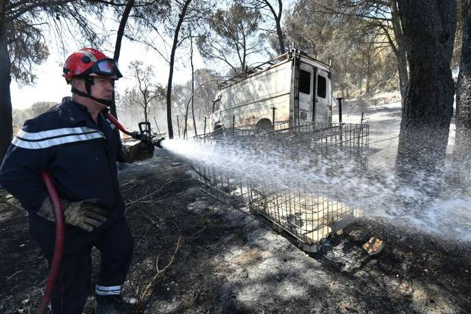 Un pompier dans le village de Générac, le 3 août, après l'incendie qui a détruit près de 800 hectares de bois, de landes et de vignes dans la région.