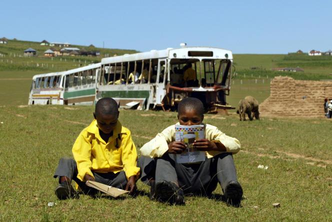 Des élèves du village de Magubu, en Afrique du Sud, en mars 2004.