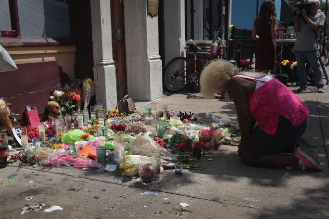Une personne se receuille devant le mémorial spontané mis en place en hommage aux victimes de la tuerie de Dayton, le 5 août 2019.