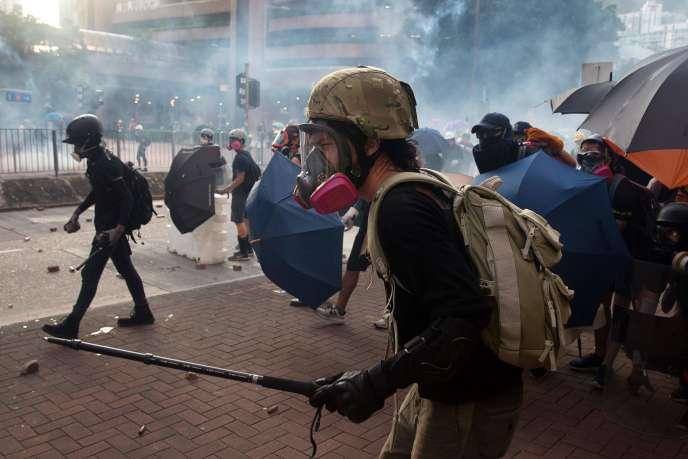 Des manifestants prodémocratie font face aux forces antiémeute à Hongkong, le 5août 2019.