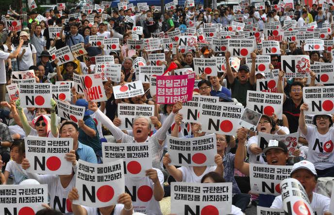 Des milliers de Sud-Coréens ont manifesté dans les rues de Séoul pour dénoncer l'attitude du Japon et appelé à boycotter les produits nippons, samedi 3 août.