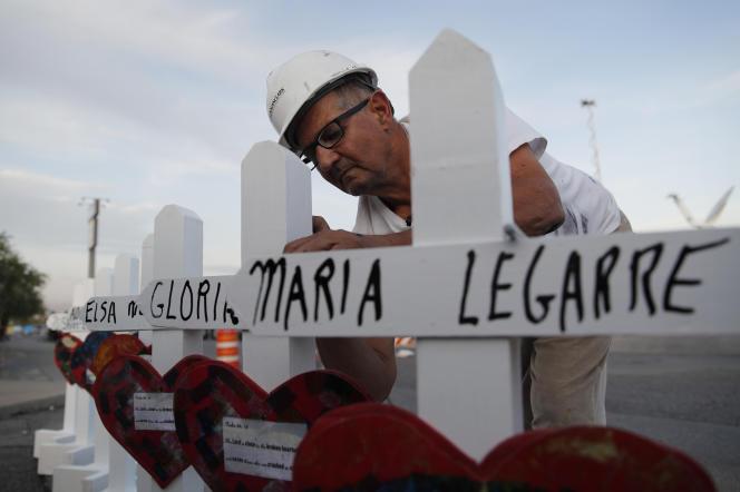 Greg Zanis prépare des croix blanchespour un mémorial improvisé auxvictimes de la fusillade d'ElPaso, au Texas, deux jours après la tuerie qui a fait 22 morts.