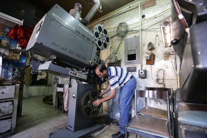 Projectioniste au cinéma Fardos, à Damas, le 5 septembre 2013.
