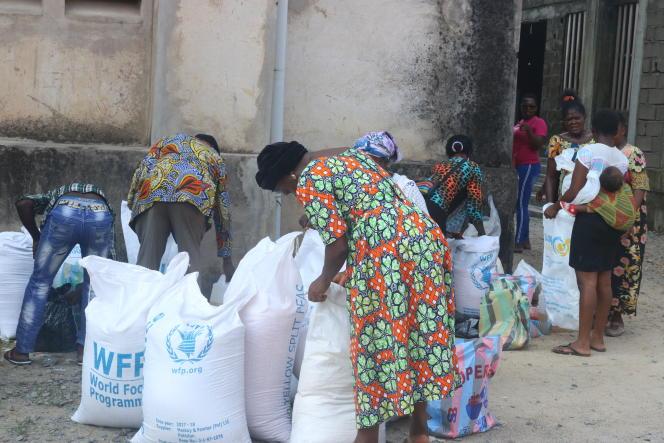 Des déplacés anglophones lors d'une distribution alimentaire du PAM, en novembre 2018 à Douala, au Cameroun.