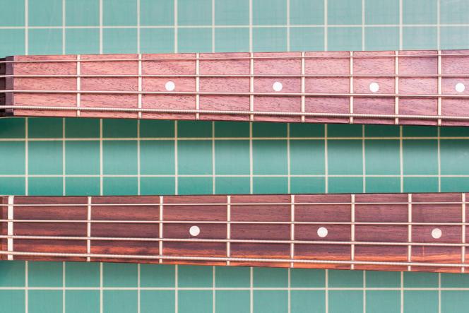 En raison de l'espacement plus réduit entre les frettes sur une basse short-scale, il est plus facile d'atteindre les cordes quand on a de petites mains. Vous pouvez voir ici 9frettes d'un modèle short-scale (en haut) réparties sur le même espace que 7,3frettes sur une basse de taille standard (en bas).