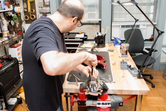 Nous avons fait évaluer et régler chaque basse par Evan Gluck,technicien-réparateur expérimenté à New York. Il les a réglées pour des conditions de jeu optimales avant notre deuxième série de tests.