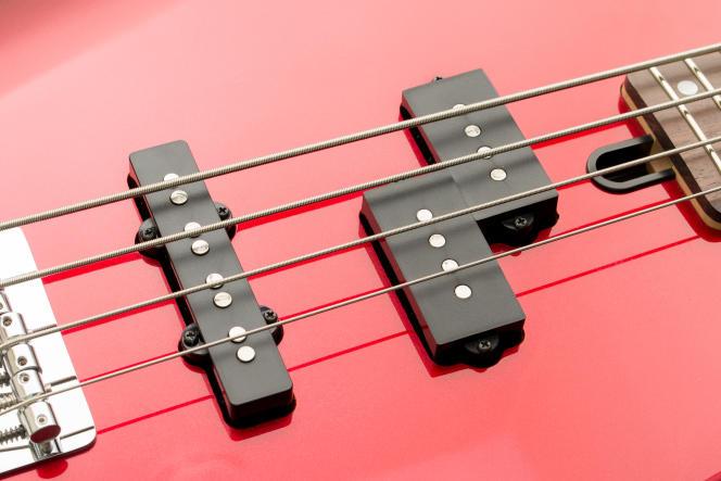 La Yamaha TRBX174 intègre un capteur de style jazz au niveau du chevalet (à gauche) et un capteur à bobine double (« split-coil ») près du manche (à droite).