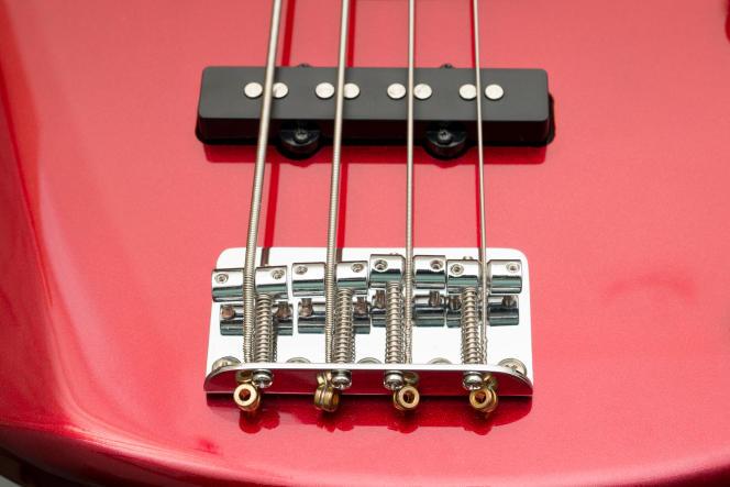 La Yamaha TRBX174 a un chevalet en chrome avec des vis qui permettent de régler l'intonation pour chaque corde.