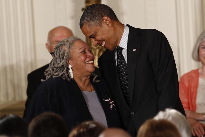 Toni Morrison avec Barack Obama, enmai2012, lorsqu'il lui a décerné la médaille de la Liberté, la plus haute distinction civile américaine.