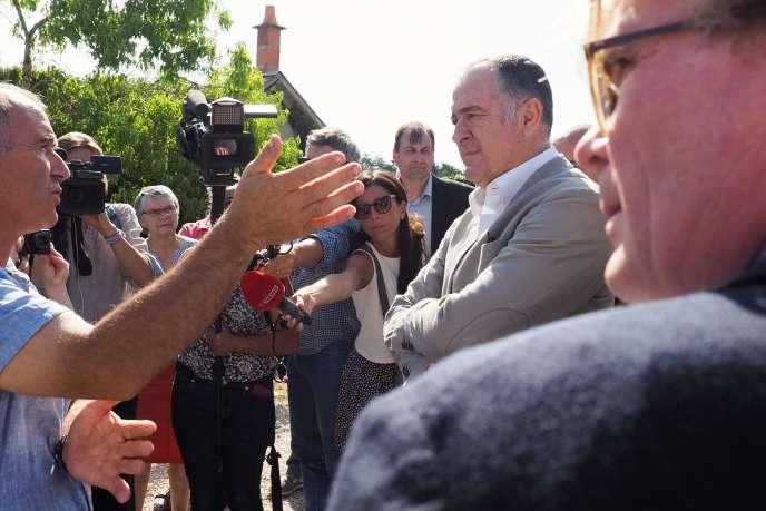 Le ministre de l'agriculture, Didier Guillaume, à droite, discute de la canicule avec un agriculteur à Ouchamps (Loir-et-Cher), le 22 juillet.