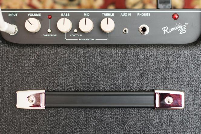 Avec ses trois boutons d'égalisation (munis de repères centraux) et son bouton de contrôle du volume, le Fender Rumble 25 facilite la tâche des débutants.