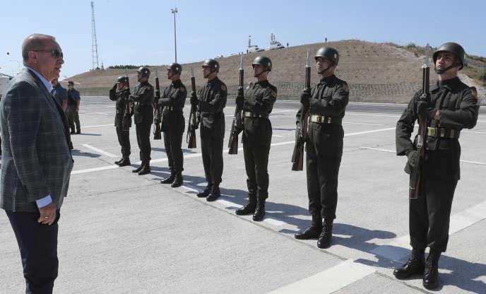 Le président turc Recep Tayyip Erdogan passe des troupes en revue le 4 août à Bursa.