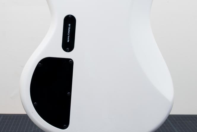 La pile 9 volts qui alimente l'électronique active de l'Ibanez GSR200 est logée dans une cavité à l'arrière de la basse.