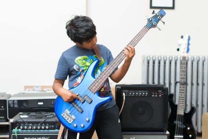 L'Ibanez GSRM20 Mikro est une basse au son excellent qui est assez petite et légère pour que notre testeur âgé de 7 ans puisse en jouer confortablement.