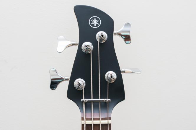 Le manche plat de la Yamaha TRBX174 nécessite un guide cordes (la barre horizontale argentée) qui fournit un angle de cordes approprié au niveau du sillet, pour un meilleur son et une meilleure intonation.