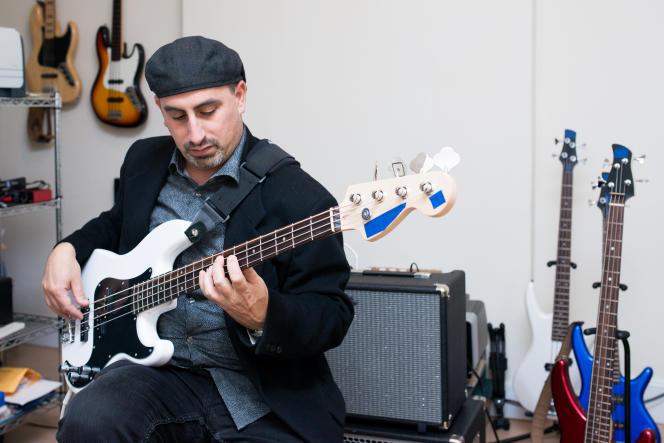Le bassiste professionnel et formateur Marc Schmied joue sur la basse Squier Affinity Precision.