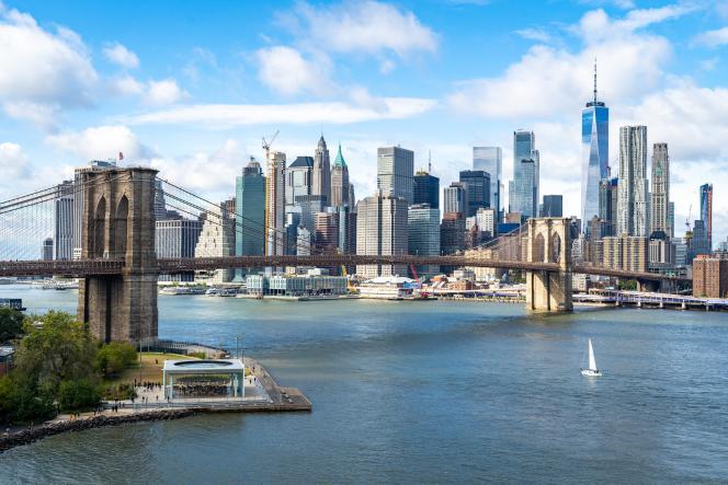 A New York, le prix moyen du mètre carré vaut désormais 19 500 dollars (17 200 euros). En dépit de ces tarifs exhorbitants, l'attraction de la ville qui incarne le mieux le « rêve américain » reste forte. (Photo: l'East River avec Brooklyn à gauche et Lower Manhattan en arrière-plan).