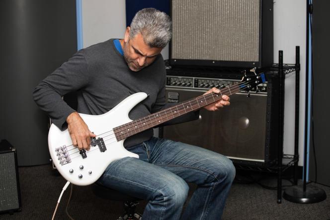 Le bassiste professionnel Saadi Zain joue sur l'Ibanez GSR200.