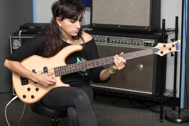 La bassiste et interprète Amanda Ruzza joue sur la basse Dean Edge 1 PJ.