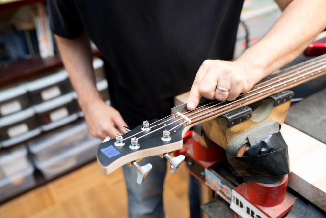 Le réglage d'une basse peut comprendre le limage du sillet à une hauteur qui rend l'instrument plus confortable à jouer sur les premières frettes.