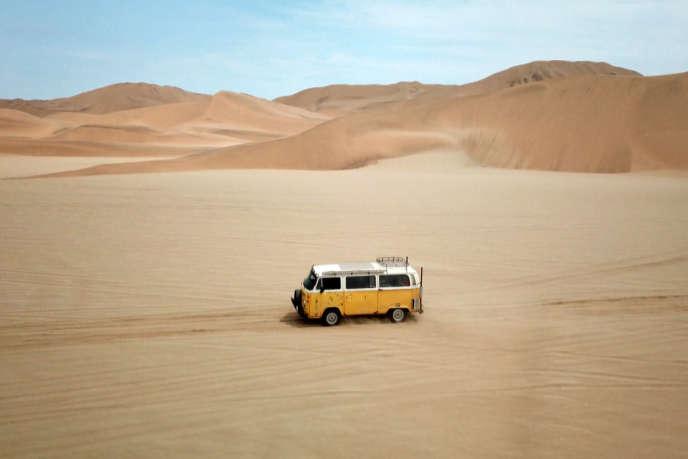 Dzerki et son « combi » Volkswagen jaune de 1972, dans le désert du Namib, le plus vieux du monde.