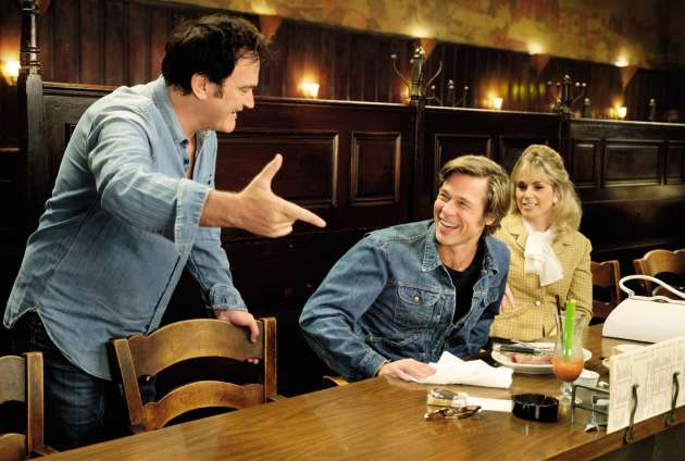 Quentin Tarantino, sur le tournage de « Once Upon a Time... in Hollywood », avec les acteurs Brad Pitt et Elise Nygaard Olson.