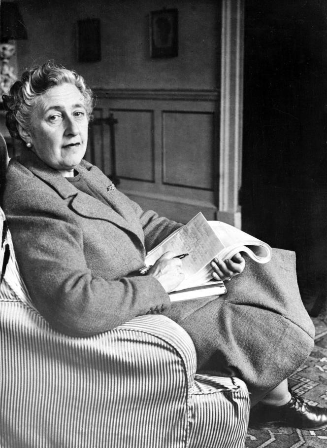 Agatha Christie, en mars 1946, chez elle, dans le Devonshire (Royaume-Unis).