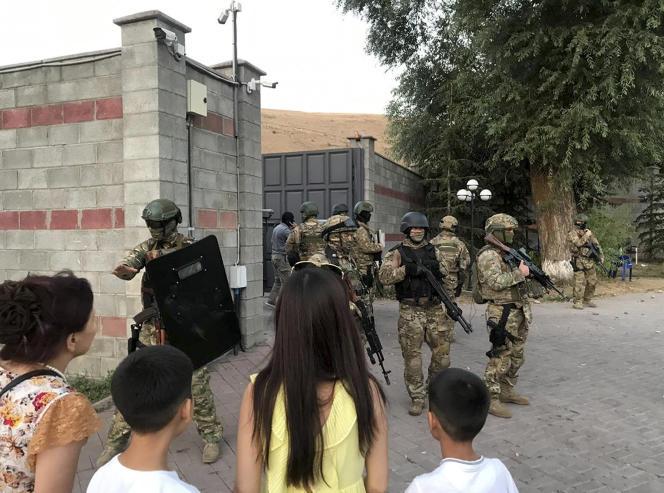 Des membres des forces spéciales du Kirghizistan davant la résidence de l'ancien président du pays, Koy-Tach, près de Bichkel, le 7 août 2019.