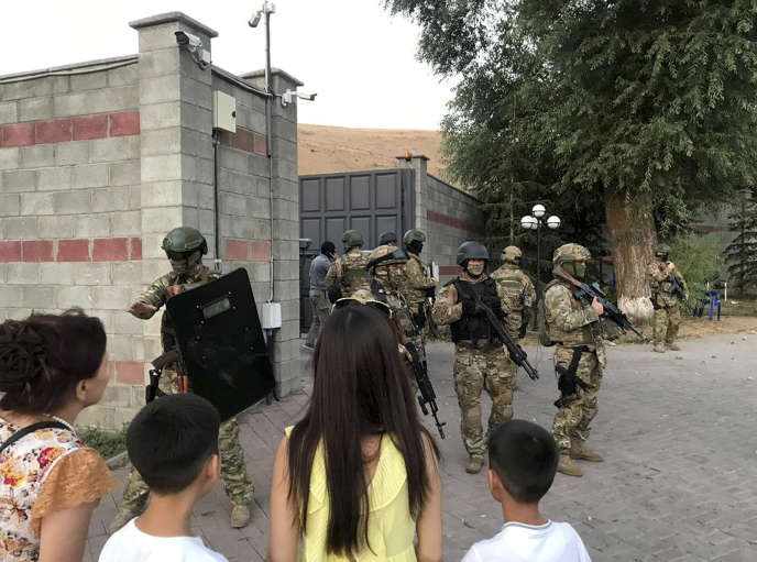 In Kyrgyzstan, special forces attack the residence of the former president