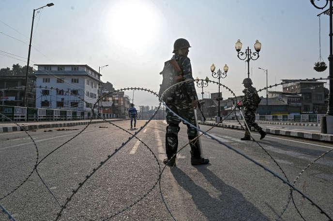Un homme des forces paramilitaires indiennes dans la ville de Srinagar, au Cachemire, le 5 août 2019.