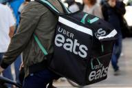 Des annonces cherchant des « coursiers partenaires indépendants » pour Uber Eats ont été publiées sur les pages Facebook de Pôle emploi.