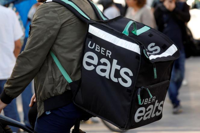 Un coursier Uber Eats, à Paris, le 7 août.