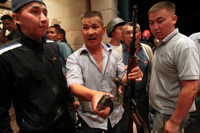 Des partisans armés d'Almazbek Atambaïev à l'intérieur de sa résidence, à Koï-Tach le7août2019.