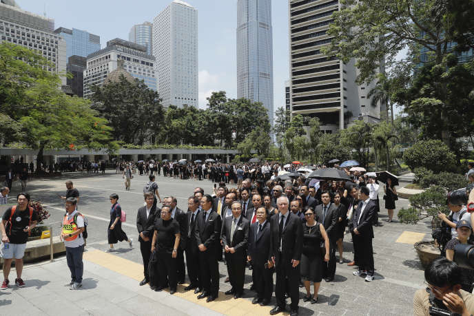 Hong Kong: hundreds of lawyers marched in support of protesters
