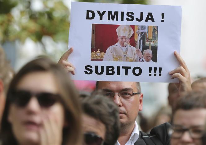 Des manifestants demandent, le 7 août 2019, la démission de l'évêque de Cracovie, Marek Jedraszewski qui, la semaine précédente, avait qualifié la cause LGBT de « peste arc-en-ciel».