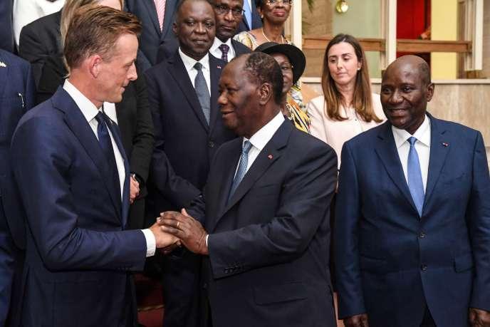 De gauche à droite: le directeur de Millennium Challenge Corporation, Sean Cairncross, le président ivoirien, Alassane Ouattara, et le vice-président Daniel Kablan Duncan, à Abidjan, le 5août 2019.