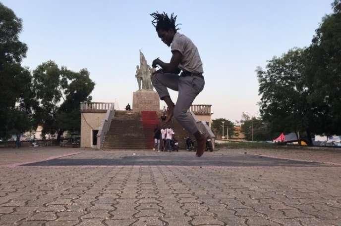 Le danseurArouna Guindo s'entraîne place du Souvenir, à Cotonou, au Bénin.