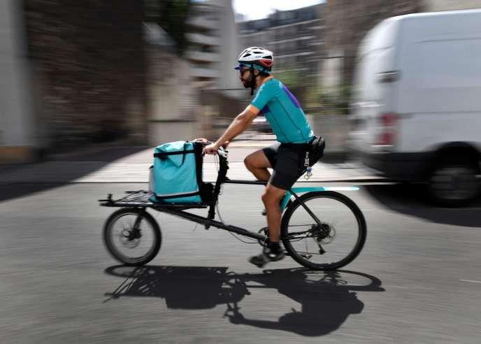 Un livreur Deliveroo à Saint-Ouen, en juillet 2018.