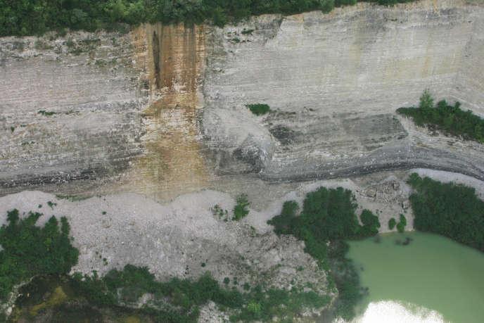 Falaise de calcaire exploitée par la société de ciment Calcia, près de Guerville en Île-de-France, en 2007.