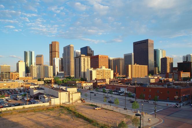 Denver, la capitale du Colorado, gagne des habitants.La ville elle-même recense plus de 600 000 habitants, tandis que la zone urbaine de Denver-Aurora-Boulder en rassemble plus de 3 millions.