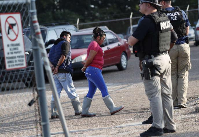Deux personnes sont arrêtées devant l'usine Koch Foods dans la matinée, mercredi7août, lors d'une opération policière de grande ampleur dans le MIssissipi.