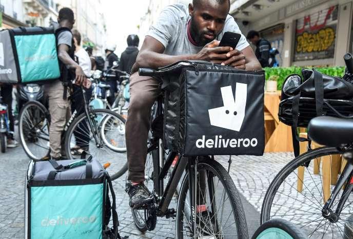 Des coursiers de la plate-forme de livraison de repas à domicile Deliveroo manifestent dans le centre de Paris, le 7 août.