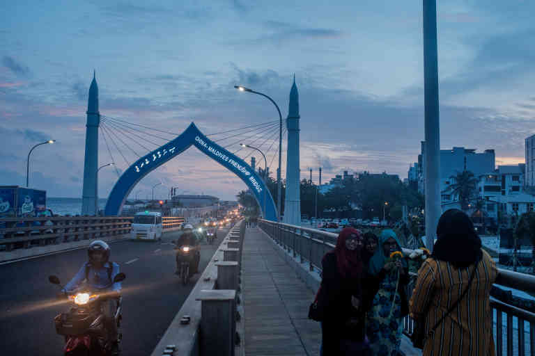 China-Maldives Friendship bridge built by the Chinese. It is a popular walking and hangout spot for foreigners and locals alike. Arko Datto pour «Le Monde»