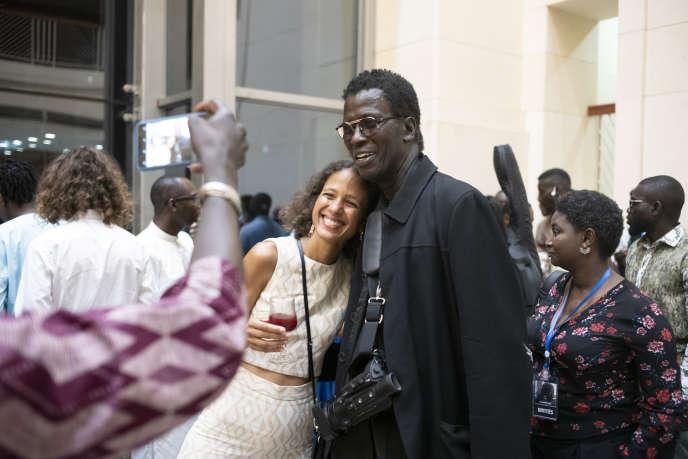 La réalisatrice Mati Diop avec son père Wasis Diop, le 2 août à Dakar, après la projection du film «Atlantique».