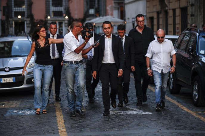 Le chef de file du Mouvement 5 étoiles, Luigi Di Maio, entouré de journalistes aux abords du Palais Chigi à Rome, le 8 août.